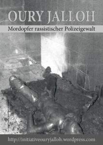 Dieses Bild zeigt den Leichnam Oury Jallohs in Ganzkörper-Aufnahme, wie er an Händen und Füßen gefesselt auf der verkohlten Matratze liegt